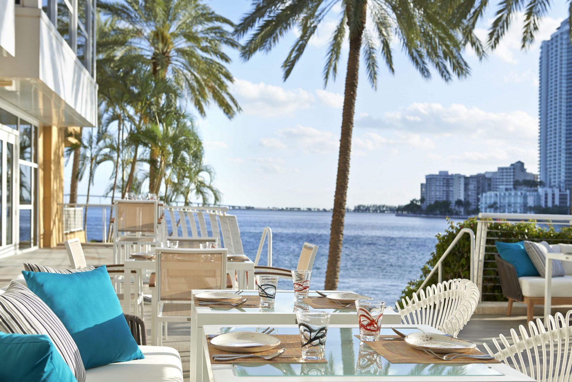 vue La mar brickell mandarin oriental restaurants avec vue table avec vue skyline de Miami vue mer plein les yeux blog miami off road
