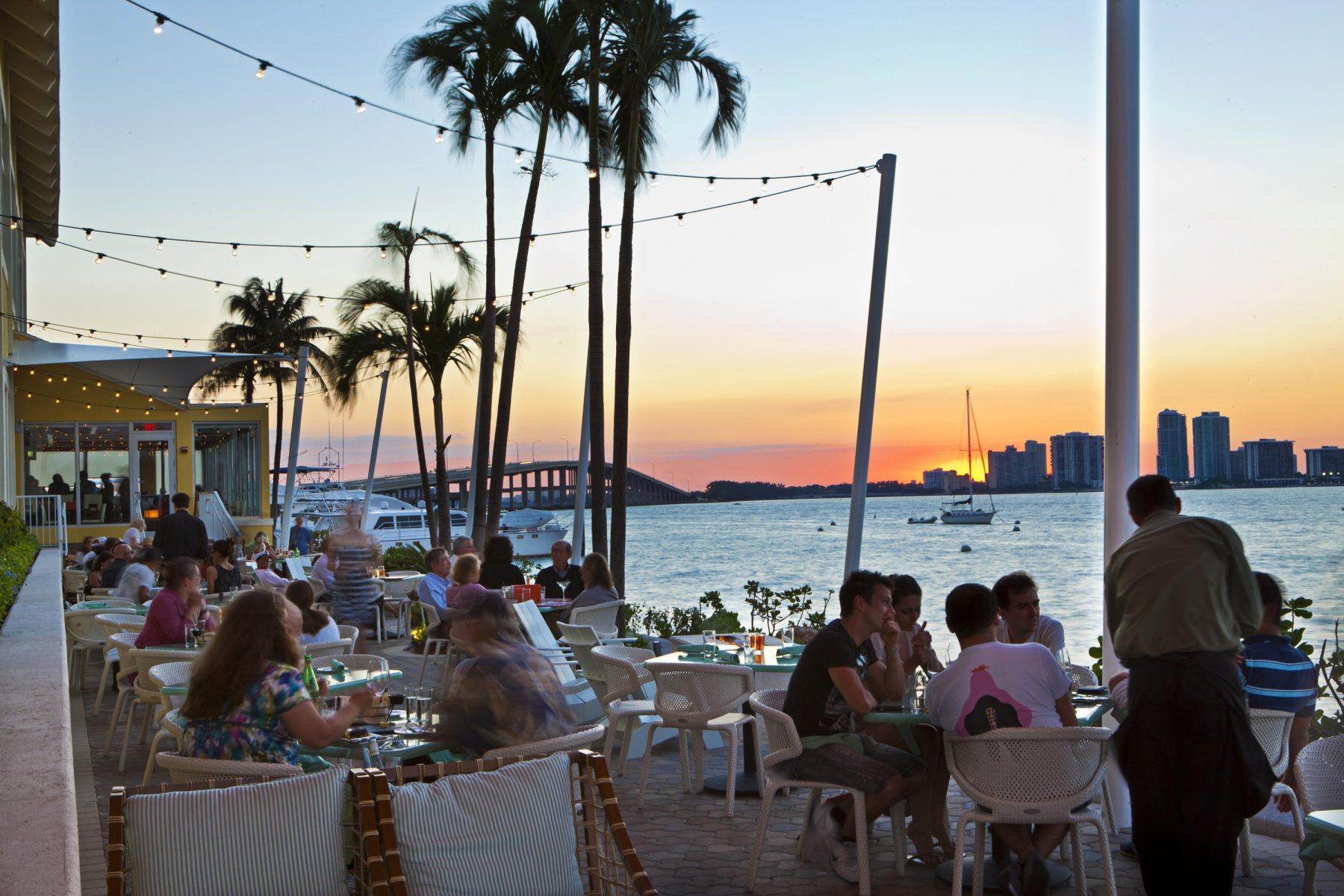 vue rusty pélican restaurants avec vue table avec vue skyline de Miami vue mer plein les yeux blog miami off road